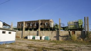 alte Müllsortieranlage in einer industrieruine ohne Dach
