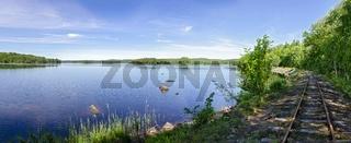 Bahngleise entlang des Seeufers nahe Virserum in  Schweden