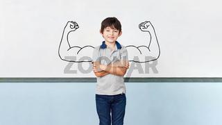 Kind als Schüler mit Muskeln an Tafel