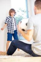 Vater und Kind spielen mit Fußball