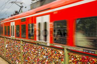 Liebesschlösser, Treuezeichen, Hohenzollernbrücke, Köln, Rheinland, Nordrhein-Westfalen, Deutschland, Europa