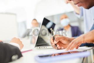 Hand von Geschäftsmann mit Kugelschreiber