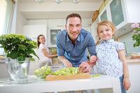 Familie bereit Mittagessen mit Salat vor
