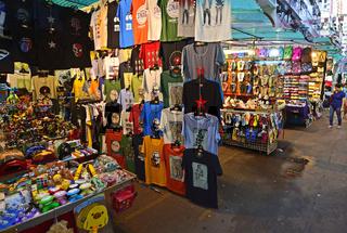 Warenangebote auf dem Nachtmarkt in der Temple Street in Kowloon