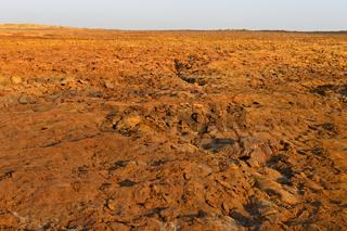 Rotbraune Vulkanerde mit hoher Konzentration an Eisenoxid im Geothermalgebiet Dallol