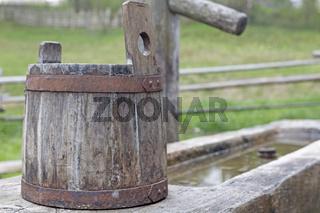Alter Holzzuber auf einer Viehtränke