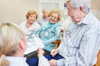 Ärztin als Referentin erklärt Senioren die Demenz Krankheit in einem Seminar