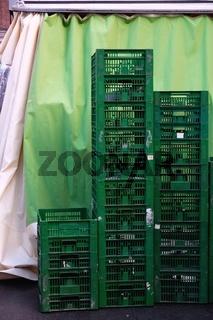 grüne Kisten hinter einem Marktstand