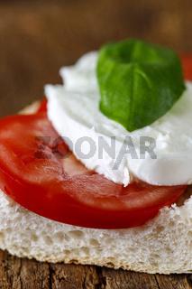 italienisches Caprese-Sandwich auf Holz