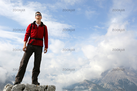 Bergsteiger auf einem Berggipfel in den Bergen