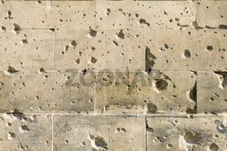 Wand mit Einschussloechern
