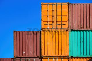 Mehrere Schiffs-Container vor einem blauen Hintergrund