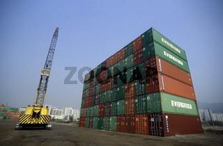 Container stehen im Hafen bei Kowloon inHong Kong in Suedost Asien.