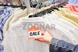 Sale Schild an Kleidung im Einzelhandel