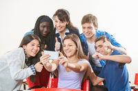 Teenager machen Selfie mit Lehrer
