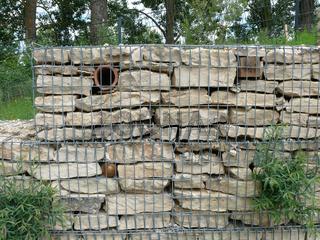 Gabionen mit Trockenmauer