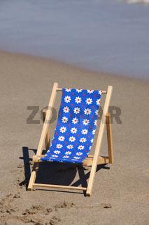 Strandliege aus Holz am Strand