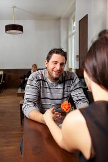 Junges Paar flirtet in einem Restaurant
