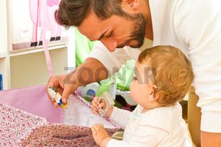 Vater mit Kind im Kinderzimmer