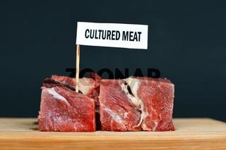 Rohes Fleisch mit 'Cultured Meat' Schild