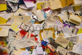 Graffiti, Zettel mit Wünschen und Bitten, John Lennon-Mauer, Großprior-Platz, Prag, Tschechien, Europa