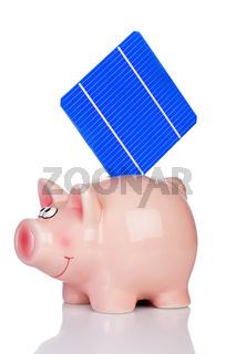 Solarzelle steckt im Sparschwein