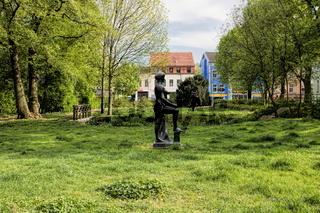 bernau bei berlin, deutschland - 30.04.2019 - stadtpark mit skulptur