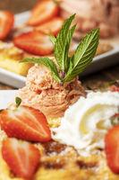 belgische Waffel mit Erdbeeren auf weiß