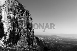 Fels über der Stadt