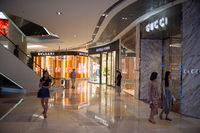 Singapur, Republik Singapur, Menschen im ION Orchard Einkaufszentrum vor der Ausgangsbeschraenkung