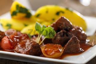 griechischer Stifado-Fleischeintopf mit Kartoffeln