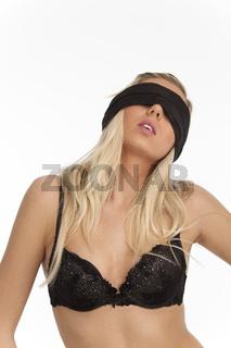 Frau mit Augenbinde