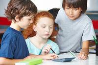 Kinder rechnen zusamen in Grundschule