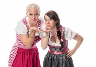 bayerinnen geben luftkuss