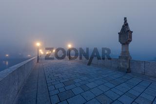 Steinerne Brücke mit Bruckmandl in Regensburg am Morgen im Herbst mit Nebel