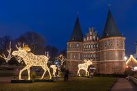 Holstentor in Lübeck mit  drei beleuchteten Elchen