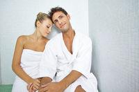 Paar bei Entspannung nach Sauna
