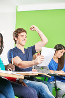Erfolgreicher Schüler jubelt nach Prüfung