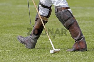 Beine eines Polo Spielers mit seinem Poloschläger