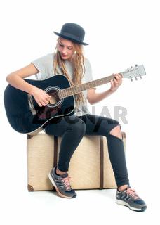 mädchen mit koffer und gitarre