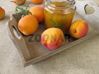 Hausgemachte Aprikosenkonfituere mit Rosmarin