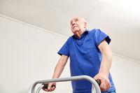 Alter Mann beim Gehen mit Gehhilfe