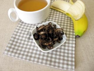 Bananenschalentee, eine Tasse Tee aus getrockneten Bio Bananenschalen