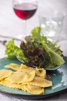 Ravioli mit Sahnesauce und Salat