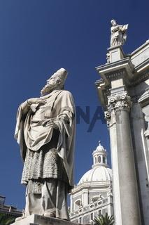 Eine der vielen Steinfiguren vor dem Dom Sant Agata in der Altstadt von Catania