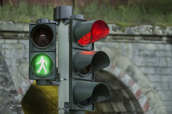 The traffic light in front of the viaduct