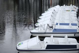 Angeleinte Ausflugsboote