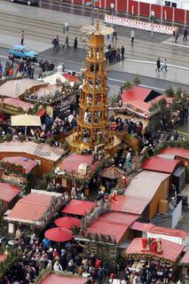 Blick vom Turm der Kreuzkirche auf den Striezelmarkt auf dem Altmarkt