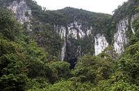 Eingang zur Deer Höhle (Deer Cave) in einem Kalksteinmassif des Gunung Mulu Nationalparks
