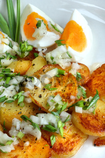 Warmer Bratkartoffelsalat mit Ei